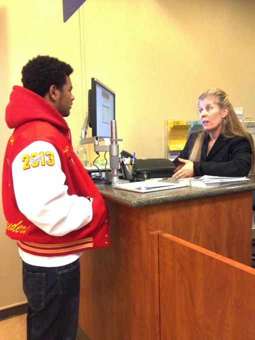 Counselor Jennifer Scalzi-Pesola helps ARC student with questions about spring registration. (Photo by Brandon Nelson)