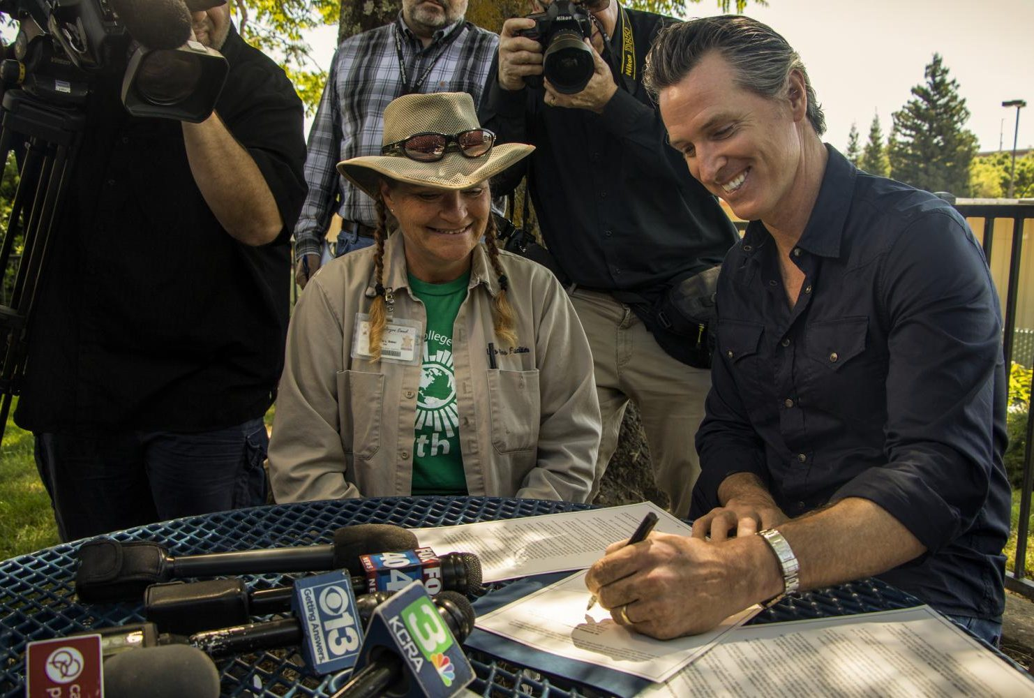 Governor Gavin Newsom signs a executive order about the advancements of automation in the work force during International Workers' Day at American River College on May 1, 2019. (Photo by Ashley Hayes-Stone)