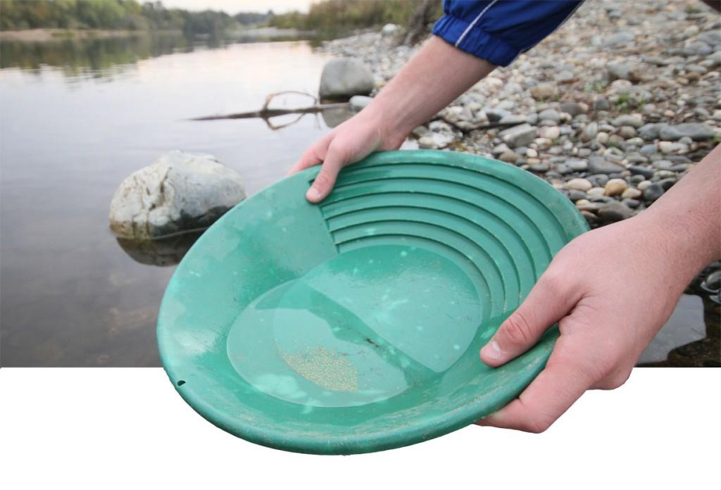 Panning+for+the+precious+metal+found+in+Sacramento+rivers+increases+in+popularity.+%28Photo+Illustration+by+Bryce+Fraser%29