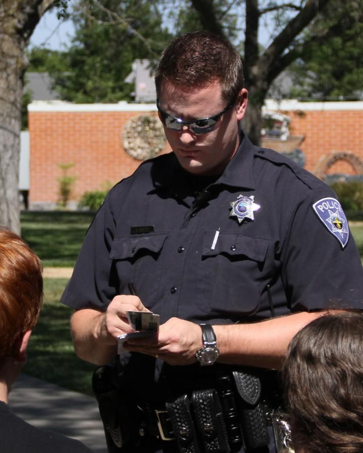 Police+Officer+Boothe+speaks+with+the+two+victims+on+May+1+on+the+American+River+College+campus.+The+victims+were+not+available+for+comment.+Photo+by+Jonathan+H.+Ellyson