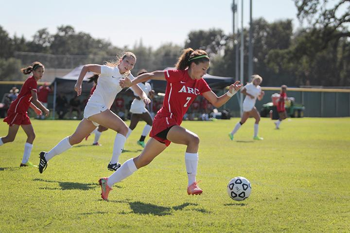 Makayla+Ruvalcaba+carries+the+ball+down+the+field+in+a+game+against+Feather+River+College+on+Tuesday%2C+Sept.+10.+%28Photo+by+Emily+K.+Rabasto%29