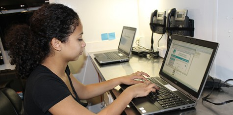 ARC student Amia Tisdale logs on the PG&E website to apply for their PG&E Bright MindsT Scholarship program.