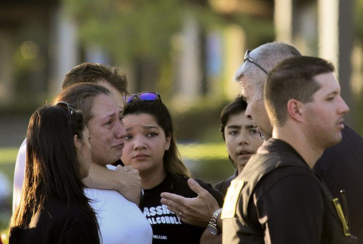 A+police+officer+talks+to+Davida+Trejo%2C+the+mother+of+shooting+victim+Roman+Gonzalez%2C+25%2C+on+Thursday+after+the+on+campus+shooting+at+Sacramento+City+College+that+left+Gonzalez+dead+and+two+other+students+injured.+%28Photo+by+Ashlynn+Johnson%29