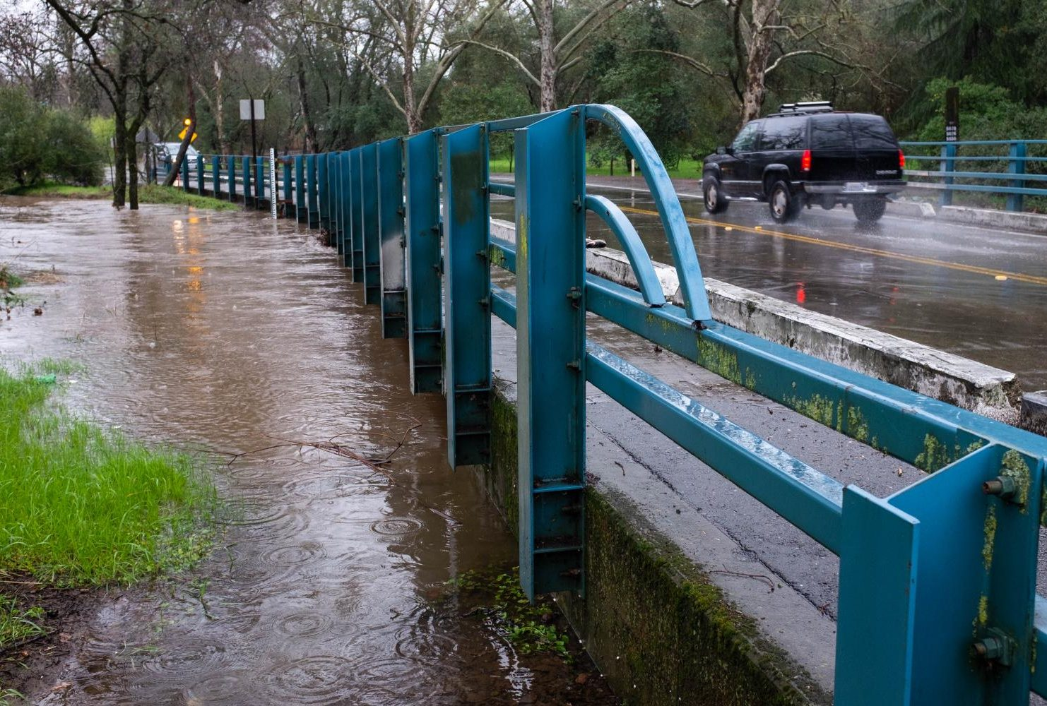 Heavy rains in Sacramento caused the water level of Arcade Creek to rise nearly up to the bridge line at American River College on Feb. 26, 2019. (Photo by Patrick Hyun Wilson)