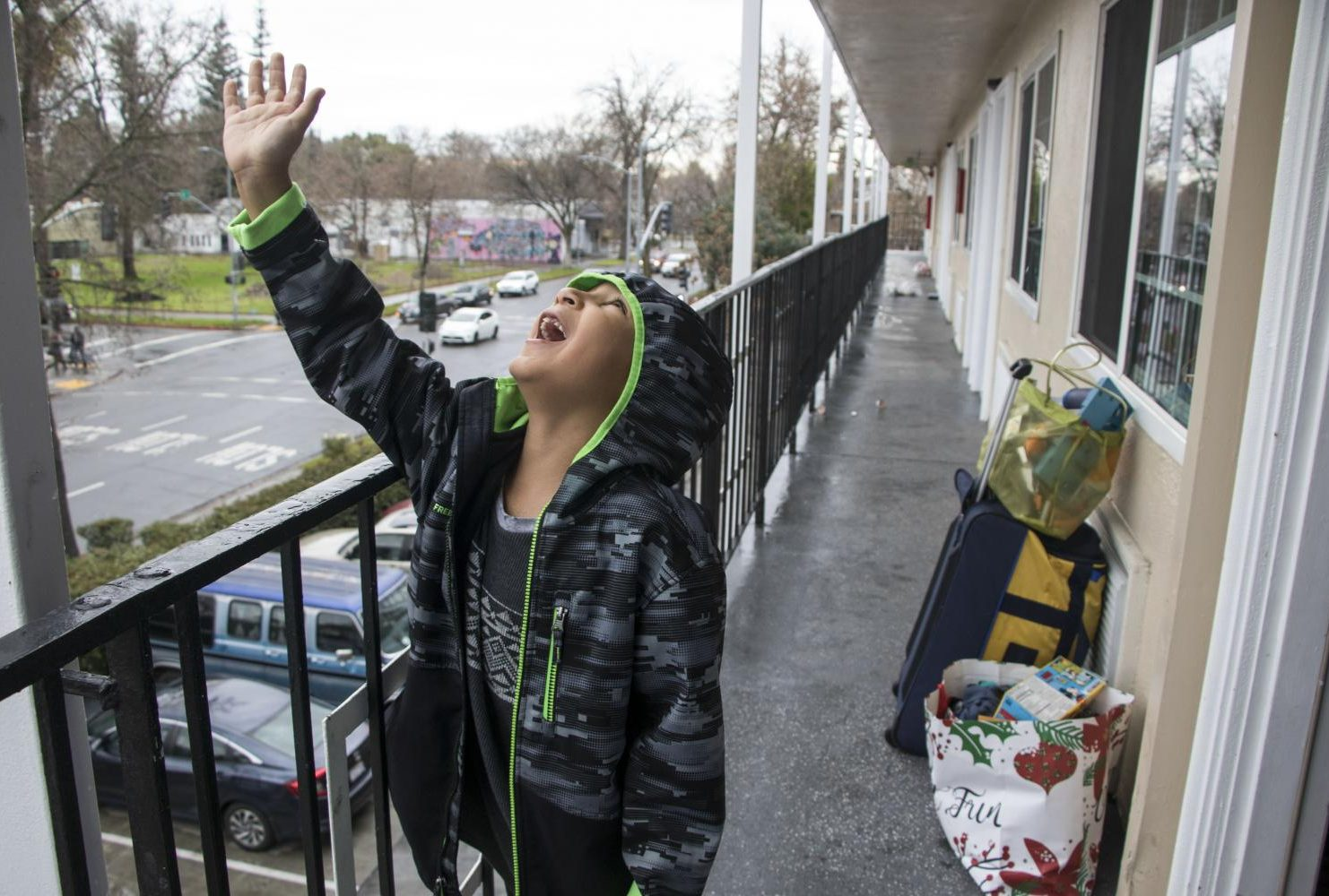 Duren-Hill's son waits outside their motel room as his mother packs the rest of their belongings on Jan. 5, 2019. (Photo by Ashley Hayes-Stone)