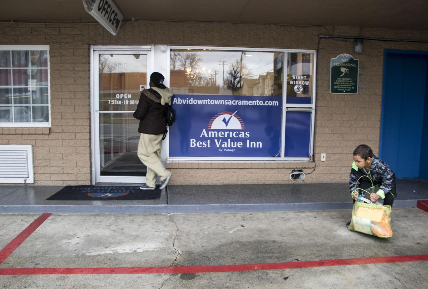 Due to the lack of funds, Duren-Hill and Gavin Hill check out of their motel room at the Americas Best Value Inn on Jan. 5, 2019. (Photo by Ashley Hayes-Stone)